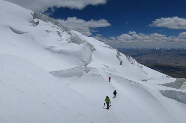 Альпинист покорил вершины многих гор мира, в том числе и высшую точку Земли Эверест.