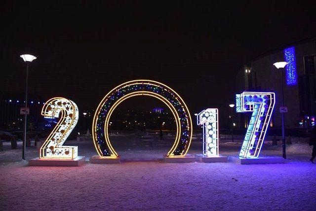 Праздничная инсталляция на Юбилейной площади.