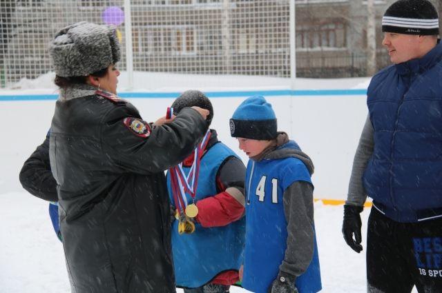 Детей после матча наградили медалями
