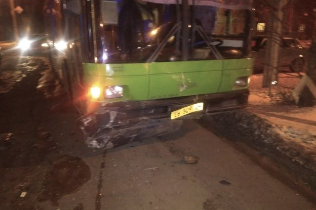 ВКрасноярске шоферу легковушки стало плохо когда его протаранил автобус