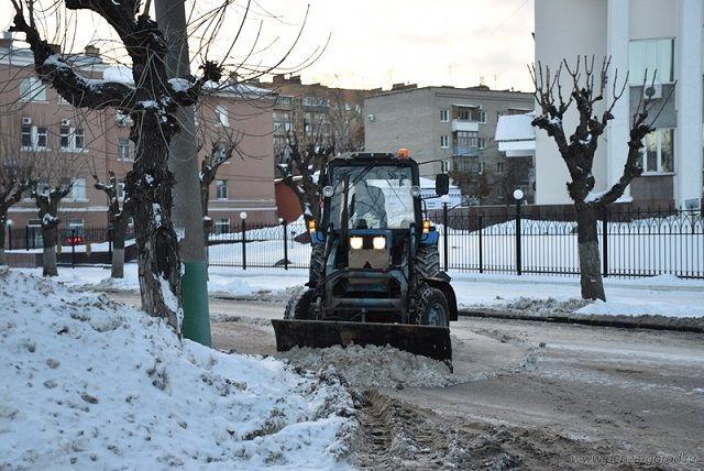 Проводились работы по очистке прилотковой и проезжей части дорог, тротуаров и пешеходных мостиков, а также лестничных сходов.