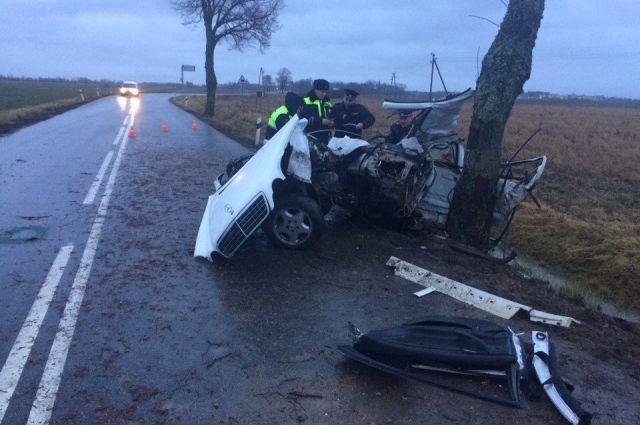 Под Правдинском от удара о дерево разорвало «Мерседес», погибли трое парней.