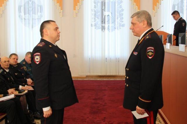 Подполковник полиции Дмитрий Вашуркин (слева) получает медаль.