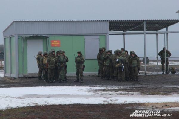 «Война – войной», а обед – по расписанию. Военнослужащие пришли к пункту боепитания за провизией.