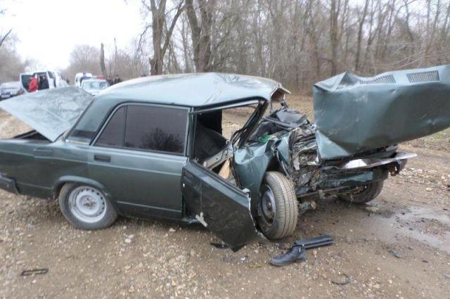 НаСтаврополье шофёр скончался, врезавшись вдерево