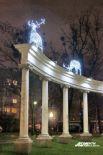 Светящиеся олени «приземлились» на арке у Драмтеатра.