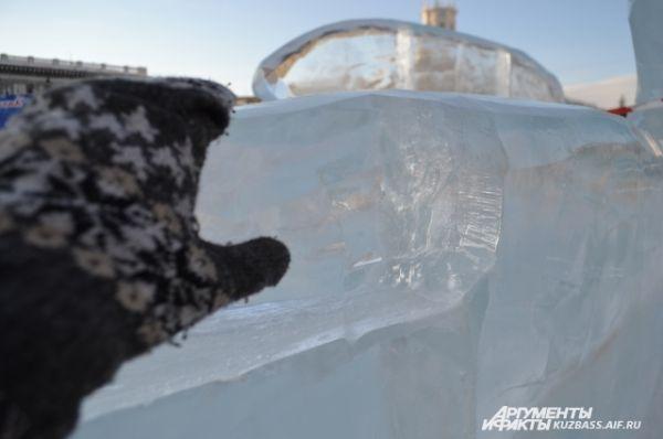 Лёд переливается на солнце, в нём видно каждую трещинку и пузырьки воды – до того он прозрачный.