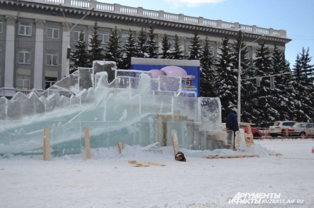 На площади Советов всего планируется поставить 14 объектов, из них маленькую горку для малышей и большую двускатную.