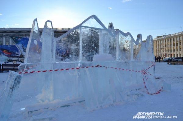 Толщина льда составляет 25 см, а примерный вес каждой глыбы – около 300-350 кг.