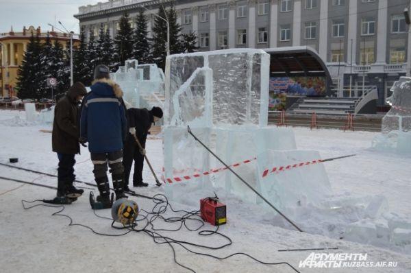 Всего было заготовлено 350 ледяных кубов, которые в итоге превратятся в ледовые скульптуры и будут установлены, по традиции, на главной площади областной столицы.