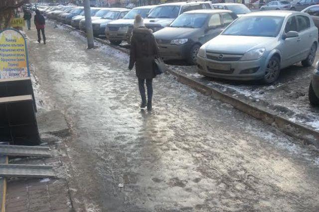 Прошлой зимой новосибирцы ходили по неровному голому льду
