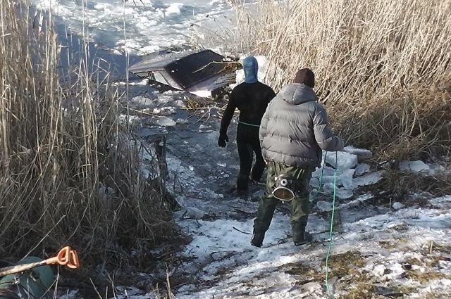 Тела троих мужчин достали из воды.