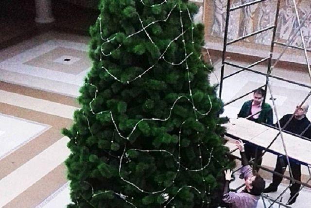 Пока представления не начались, нужно украсить елку.