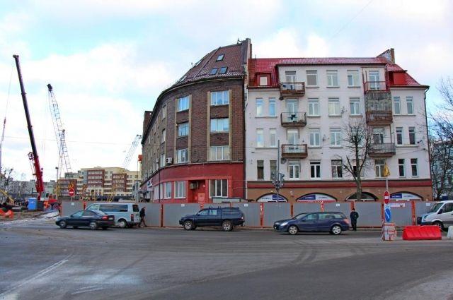Жителям домов у моста Высокого начали устанавливать шумозащитные окна.