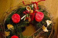 Украшение дома рождественским венком — это древняя традиция, которая пришла в Россию из западных стран.