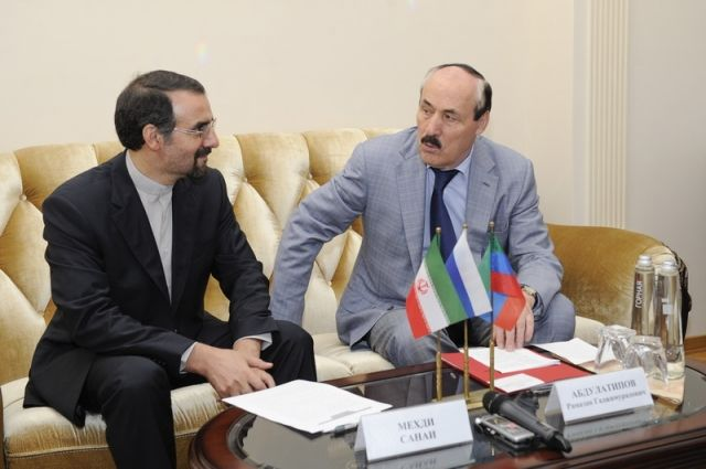 Посол Ирана награждён именными часами руководителя Дагестана