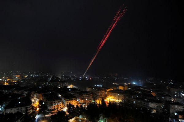 Правительственные войска стреляют в небо в честь победы над повстанцами на востоке Алеппо.