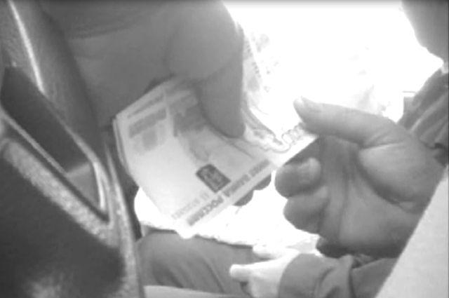 ВОренбурге инспектор ДПС схвачен при получении взятки в10 000 руб.