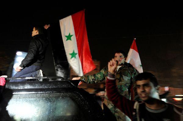 Толпы людей вышли на улицы в западной части Алеппо и приветствовали армию САР.