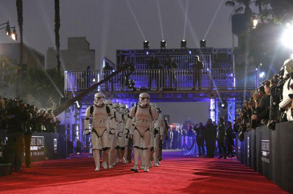 Голливудский бульвар на один вечер превратился в далекую галактику.