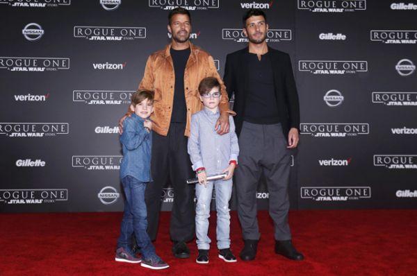 Посмотреть кино пришел певец Рики Мартин, впервые со своей семьей.