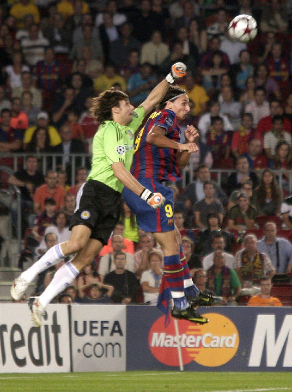 Кулак Саши оказался выше головы Ибрахимовича, который тогда играл за Барселону