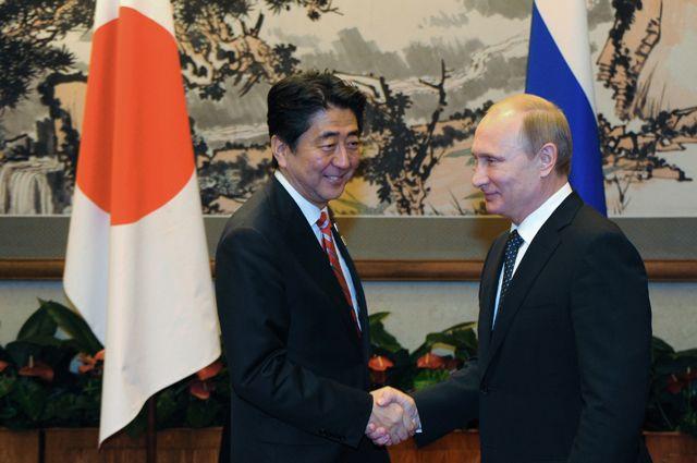 Президент РФ Владимир Путин (справа) и премьер-министр Японии Синдзо Абэ. Архивное фото.