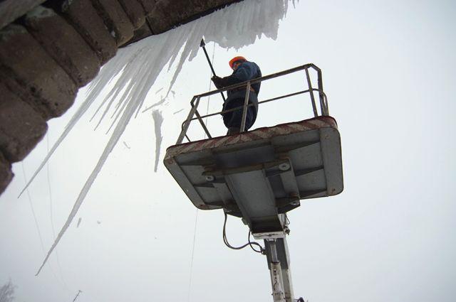 Ко многим ледяным наростам подобраться можно только с помощью подъёмной техники.