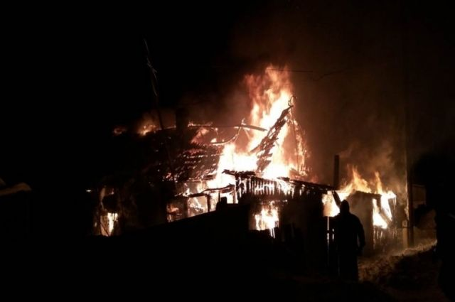 Мужчина идесятилетний ребенок погибли впожаре вАлтайском крае