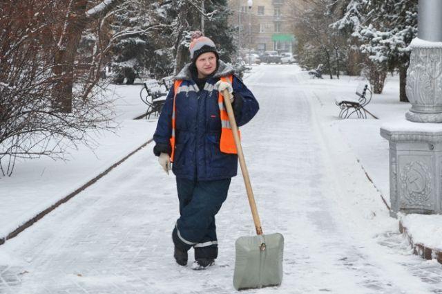 Лучшим «снегоуборочником» для многих волгоградцев остаётся лопата.