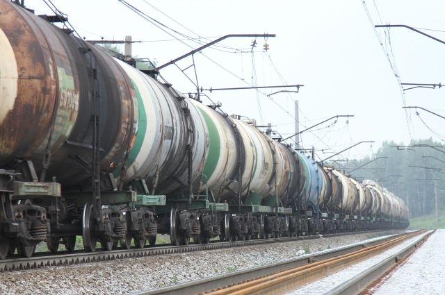 Двое кузбассовцев попали под грузовой поезд.