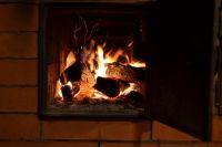 Нельзя растапливать печь легковоспламеняющимися жидкостями