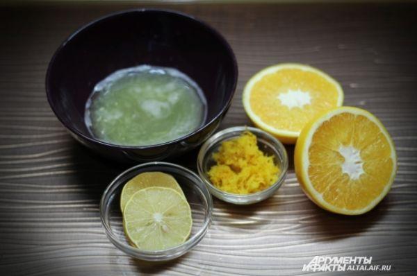 Тщательно моем лимон и апельсины. С апельсинов снимаем цедру при помощи мелкой терки. Выдавливаем весь сок из апельсинов и ½ лимона в одну емкость.