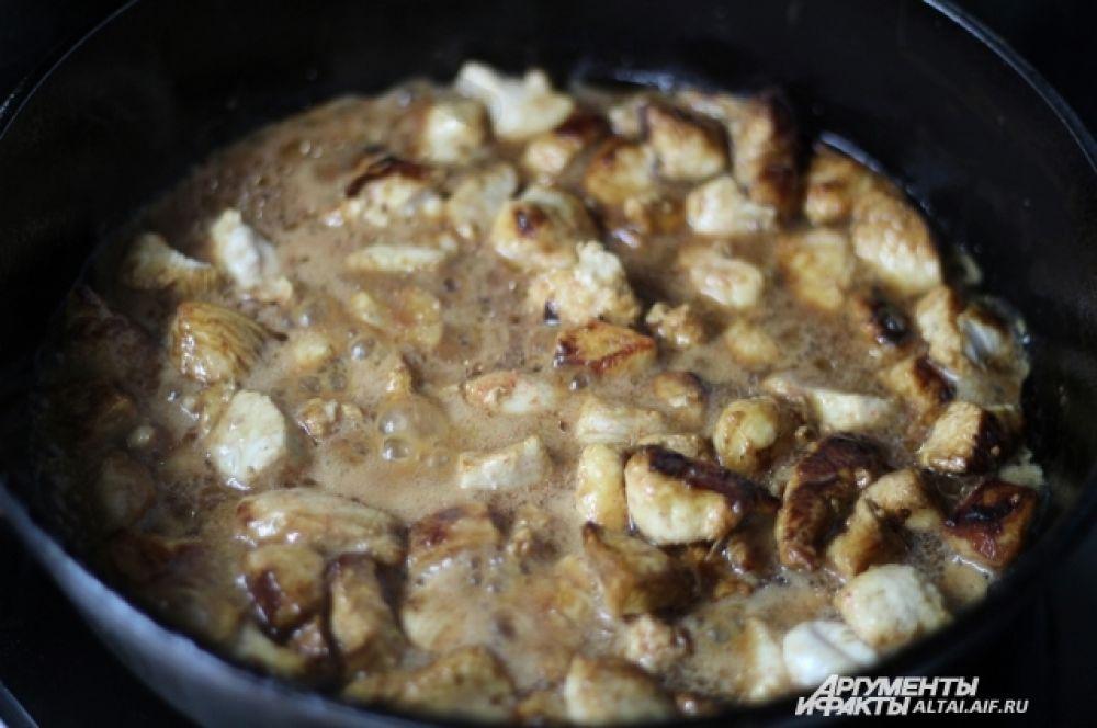 Разогреваем сковороду с маслом и обжариваем мясо. Через 7 минут к мясу добавляем сцеженный сок. Тушим на слабом огне 15 минут.
