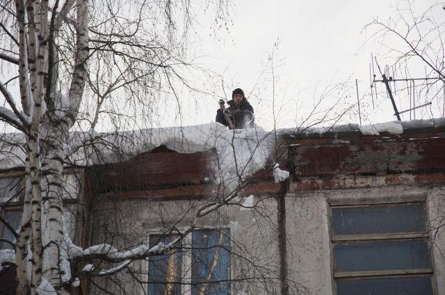 С крыш домов активно убирают снег
