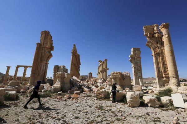 Впервые Пальмира была захвачена группировкой ИГИЛ в мае 2015 года. В период контроля над городом радикальные исламисты нанесли значительный урон памятникам архитектуры, которые целенаправленно разрушались.