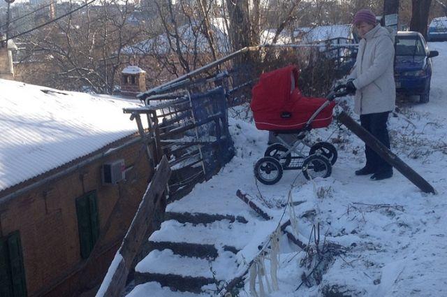 Вот такими ступеньками пользуются жители улицы, чтобы попасть к школе и железнодорожному вокзалу.