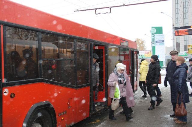 ВКазани маршрутный автобус слетел сдороги иврезался в«Шиномонтаж»