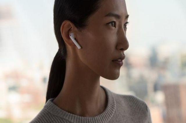 Apple будет взимать деньги зазамену потерянного наушника AirPod
