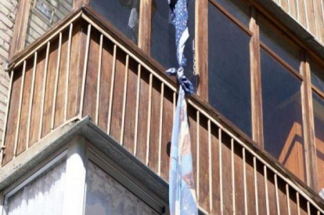 Женщина разбилась при попытке сбежать отсожителя через балкон попростыням