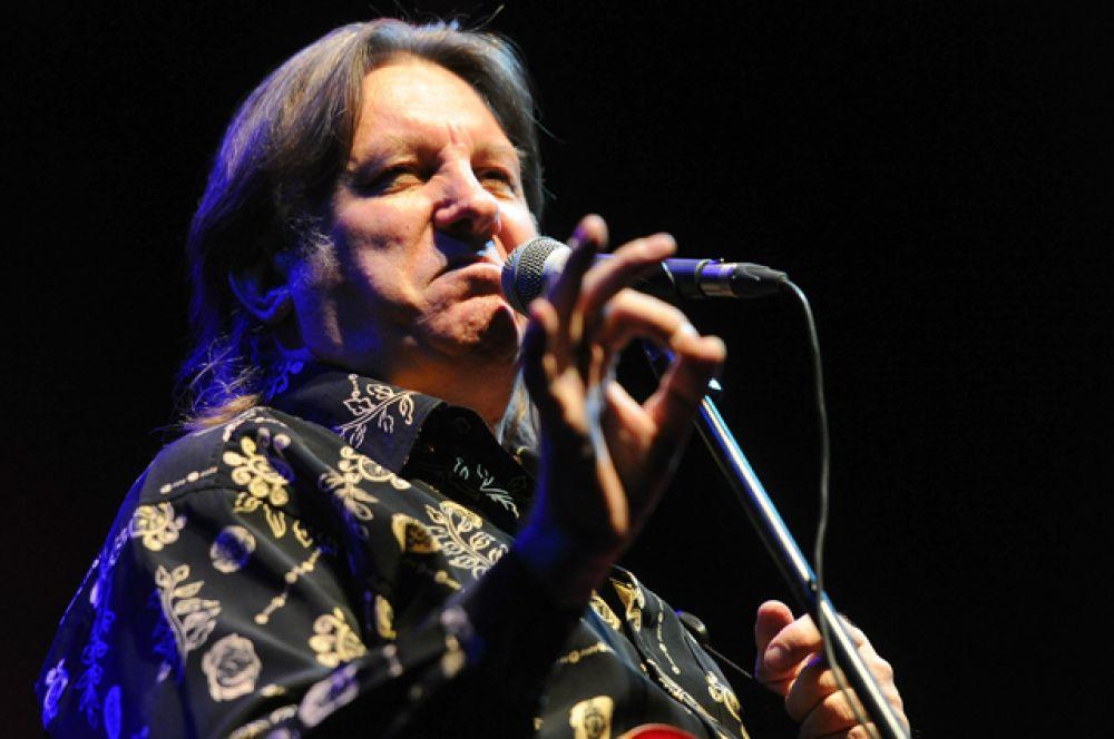 Лоза. Музыкант «взорвал» Сеть, раскритиковав культовые западные группы за «неумение петь и играть». По словам известного в советские годы исполнителя, группу Led Zeppelin «слушать невозможно», Rolling Stones «гитару не настроили за всю жизнь ни разу», а Мик Джаггер «ни в одну ноту не попал».