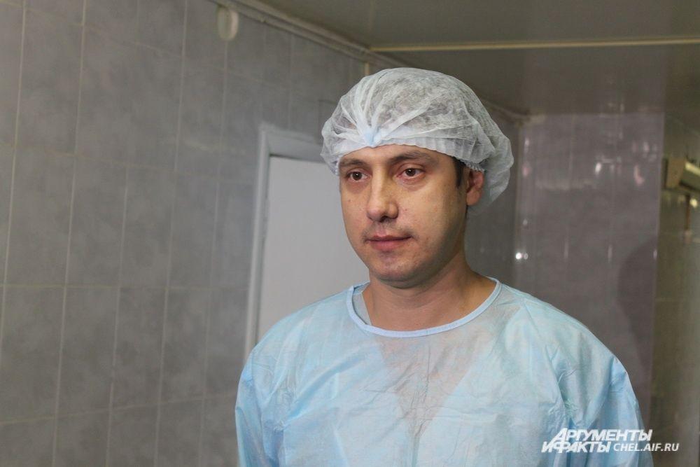 Мастер-класс для челябинских и курганских коллег проводил московский нейрохирирург Марат Чигибаев. Он отметил, что при ряде тяжелых травм (инсульты, черепно-мозговые травмы, онкологические патологии) применять такую инновационную технику нужно в первые часы поступления пострадавшего в больницу, чтобы более оперативно получить полную клиническую картину.