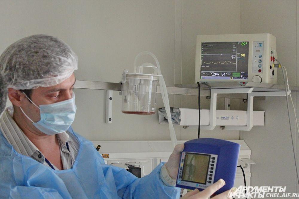 На монитор выводятся сразу несколько показателей: внутричерепное давление, насыщенность сосудов кислородом и температура мозга.