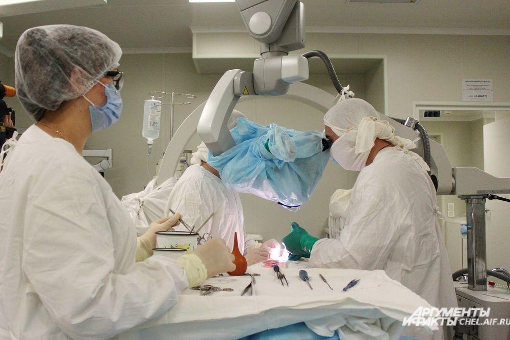 Во время операции датчик аппарата имплантировали одному из пациентов с тяжелой черепно-мозговой травмой.