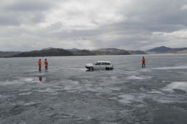 Первые провалы под лед в Приангарье закончились без трагедий.