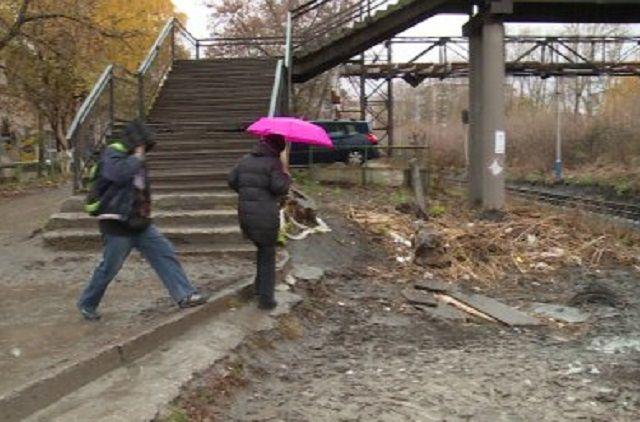 О плачевном состоянии надземного перехода сообщила транспортная прокуратура.