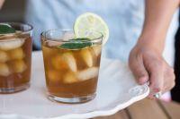 Приготовить оригинальный и полезный напиток несложно: порой достаточно традиционного чая и растений прямо с дачного участка