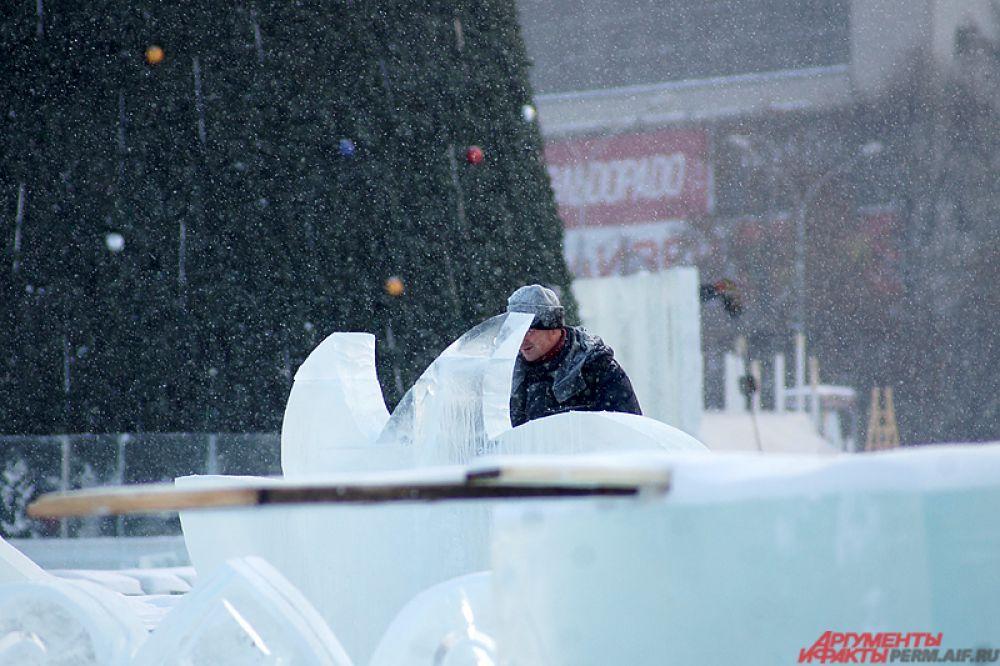 Рабочие с помощью инструментов вырезают из льда удивительные скульптуры.