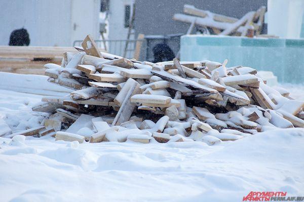 Часть деревянных досок пока ждёт своего часа.