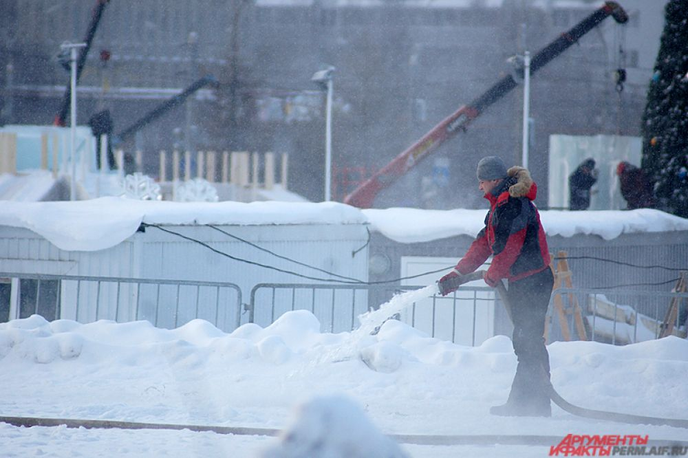 Несмотря на зимние уральские морозы, строители работают фактические круглые сутки.